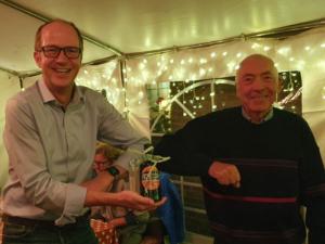 Jürgen Burkötter dankte Markus Lindemann mit Original Warendorfer Kettenöl | Foto: Michael Sandner